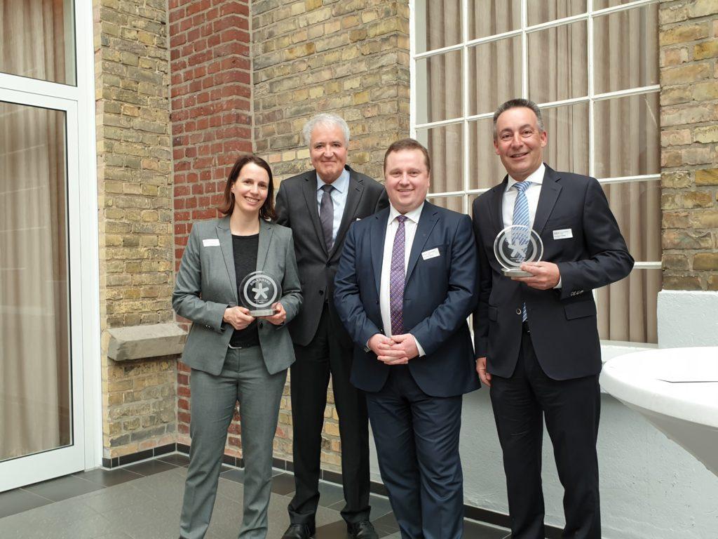 Klaus Haddick (DNLA) und Oliver Grubert (Selecteam) bei der Überreichung der DNLA-Awards dn den DWD - Deutschen Wetterdienst.