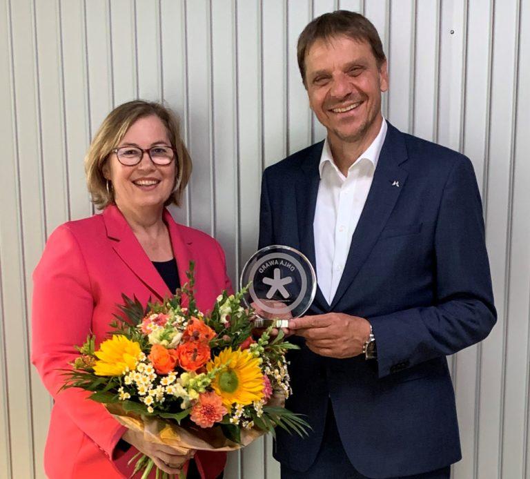 DNLA-Beraterin Astrid Voss übergibt den DNLA-Award an Ihren Kunden, die Provinzial Rheinland Versicherung. Armin Leienbach, der Leiter des Bildungszentrums der Proinzial Rheinland Versicherung, nimmt ihn stellvertretend für das dort aktive Team von DNLA-Beraterinnen und -Beratern entgegen.